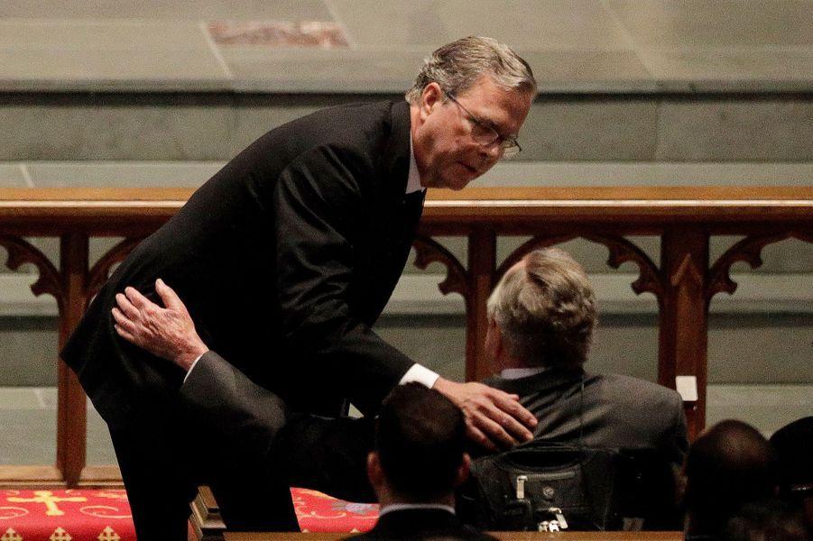 Jeb Bush réconforte George H.W Bushaux funérailles de Barbara Bush