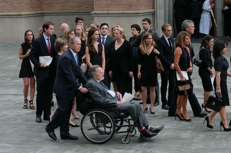 George W. Bush et son père George H.W Bushaux funérailles de Barbara Bush