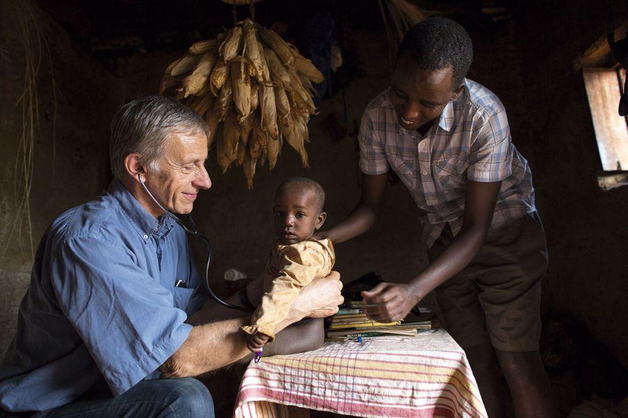 Il cumule prestige, récompenses, reconnaissance. Ecrivain, journaliste, diplomate, Jean-Christophe Rufin a pourtant choisi de renouer avec sa vocation première. A 62ans, ce pionnier de l'humanitaire, qui fut vice-président de Médecins sans frontières et administrateur de la Croix-Rouge française, reprend stéthoscope et blouse blanche. Pas dans les beaux quartiers, mais au fin fond du Burundi, dans un hôpital tenu par des religieuses. Une décision qui ne surprendra pas ceux qui connaissent l'homme, sa hantise de la routine et son amour de l'Afrique. Celui qui fut ambassadeur de France au Sénégal et en Gambie a mené de nombreuses missions médicales dans la corne de l'Afrique. Il était en Ethiopie pendant la grande famine de 1985. Lui reprend le chemin de ses débuts, au moment où d'autres vieillissent. Il cumule prestige, récompenses, reconnaissance. Ecrivain, journaliste, diplomate, Jean-Christophe Rufin a pourtant choisi de renouer avec sa vocation première. A 62ans, ce pionnier de l'humanitaire, qui fut vice-président de Médecins sans frontières et administrateur de la Croix-Rouge française, reprend stéthoscope et blouse blanche. Pas dans les beaux quartiers, mais au fin fond du Burundi, dans un hôpital tenu par des religieuses. Une décision qui ne surprendra pas ceux qui connaissent l'homme, sa hantise de la routine et son amour de l'Afrique. Celui qui fut ambassadeur de France au Sénégal et en Gambie a mené de nombreuses missions médicales dans la corne de l'Afrique. Il était en Ethiopie pendant la grande famine de 1985. Lui reprend le chemin de ses débuts, au moment où d'autres vieillissent.
