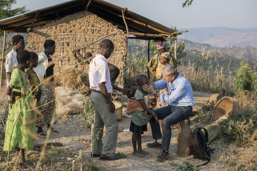 """Le """"muganga musungu"""" (""""médecin blanc en swahili) fait sa tournée dans les villages de la région de Musongati."""