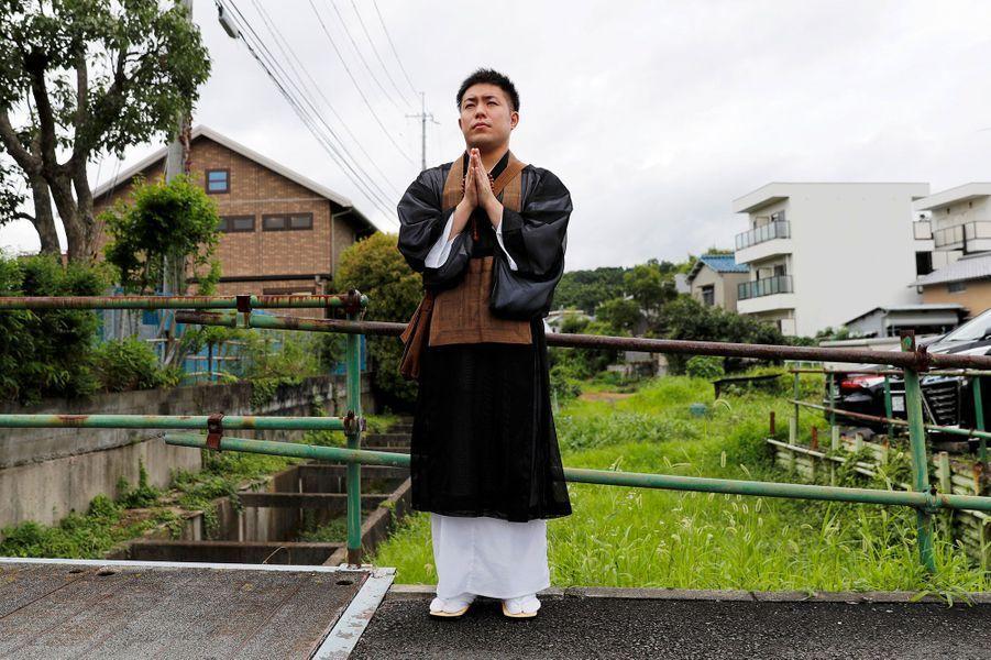 Un moinebouddhiste prie non loin du studio Kyoto animation pour les victimes de l'incendie