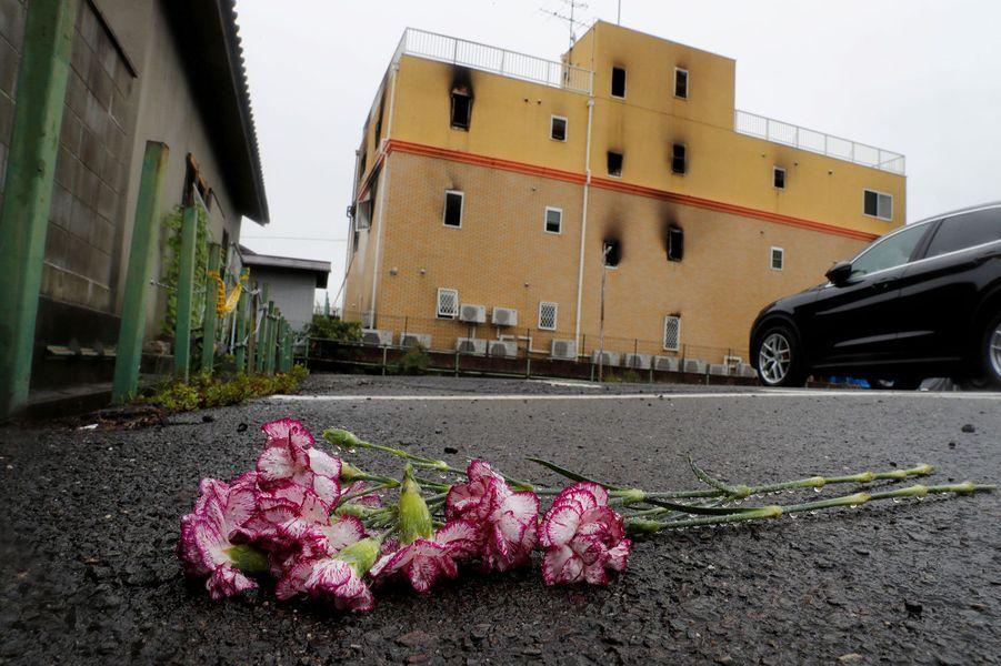 Des fleurs pour les victimes de l'incendie de Kyoto Animation