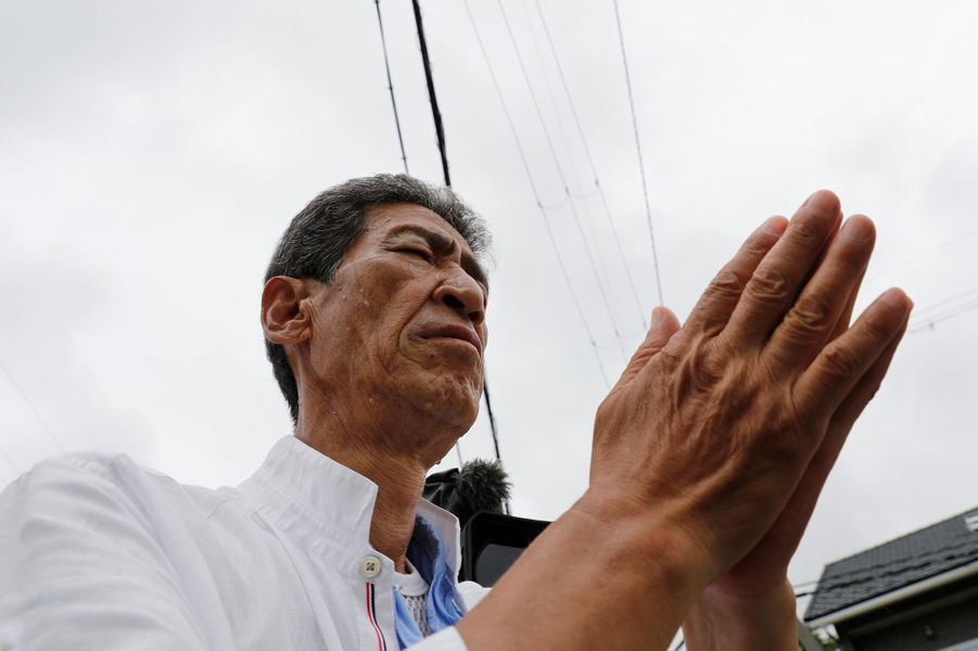 Une personne prie pour les victimes de l'incendie de Kyoto Animation