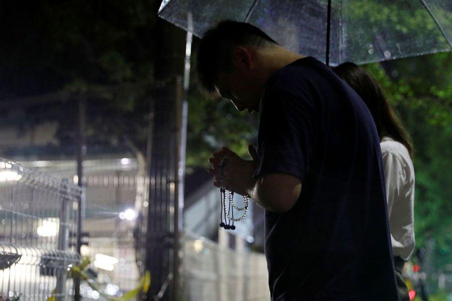 Des personnes devant le studio Kyoto Animation