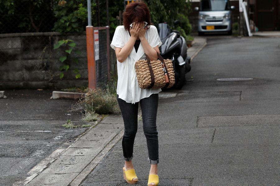 Une femme pleure non loin du studio Kyoto Animation où 33 personnes ont perdu la vie dans un incendie