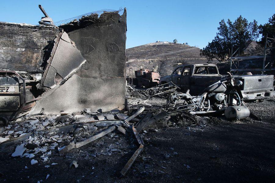 Une structure et un support de véhicule brûlés par le Tick Fire le 25 octobre 2019 à Canyon Country, Californie