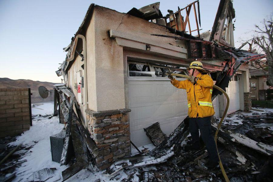 Un pompier travaille pour éteindre un incendie de maison à Canyon Country le 25 octobre 2019