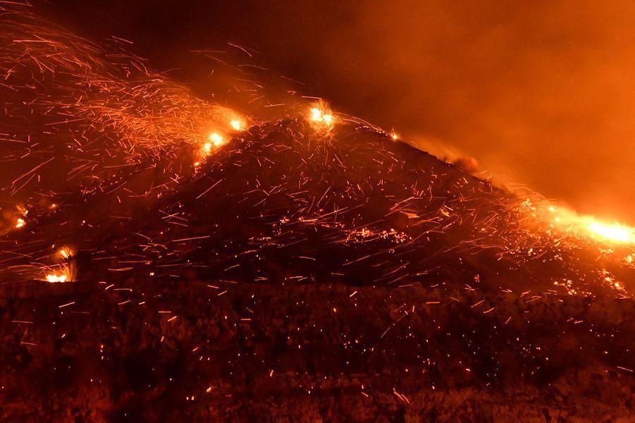 Un feu de forêt provoqué par le vent continue de brûler dans Canyon Country au nord de Los Angeles, le 25 octobre 2019