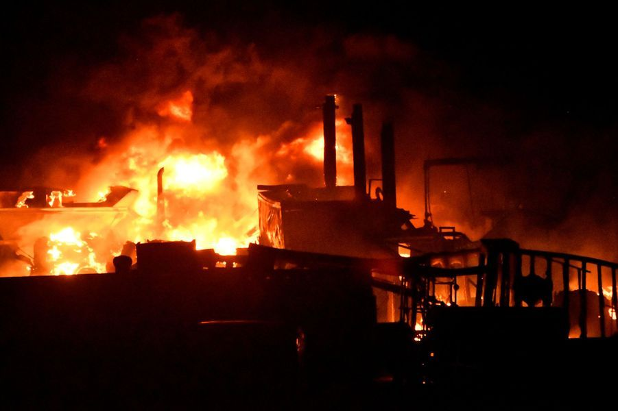 Une remorque en feu dans Canyon Country au nord de Los Angeles, le 25 octobre 2019