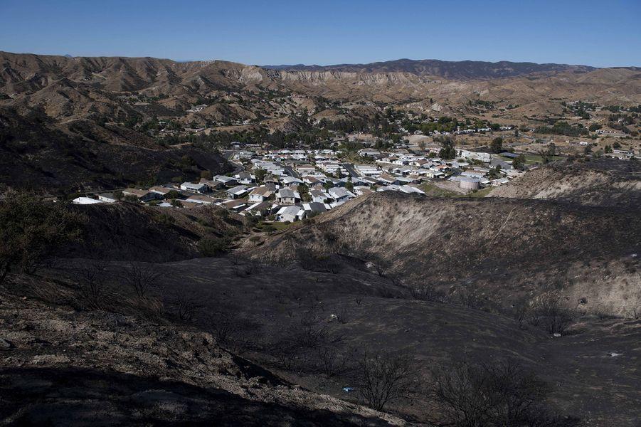 Une communauté de maisons mobiles est installée entre deux collines carbonisées après l'incendie de Tick, le jeudi 25 octobre 2019 à Santa Clarita