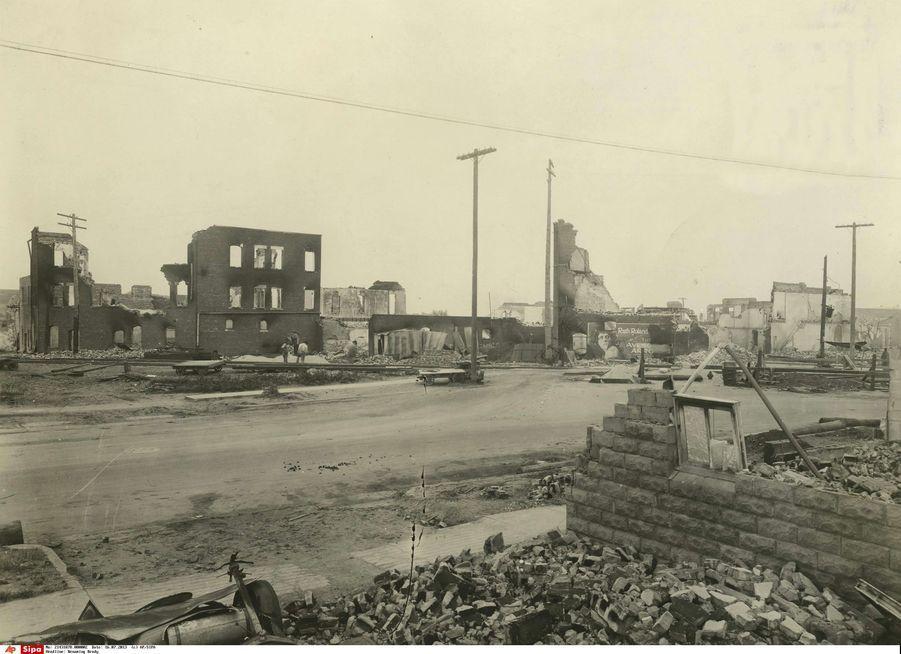 Photo prise à Tulsa le 1er juin 1921, après le massacre commis sur la communauté afro-américaine de la ville.