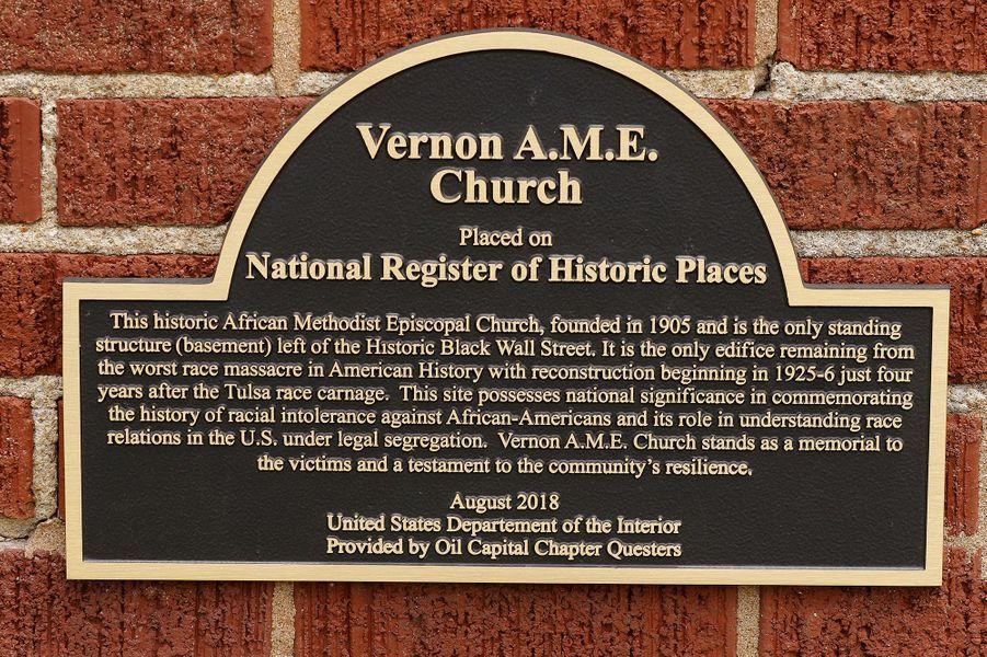 Une plaque commémorative du massacre commis en laVernon African Methodist Episcopal Church de Tulsa.