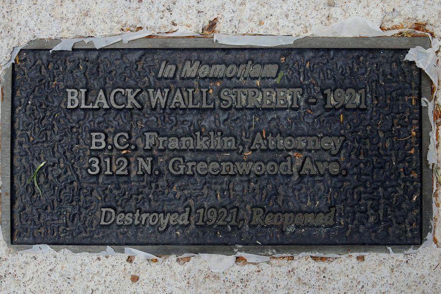 Une plaque commémorative du massacre.