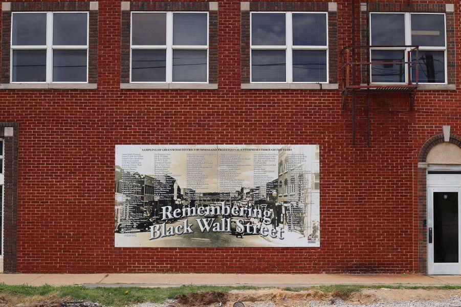 Une plaque commémorative du massacre commis