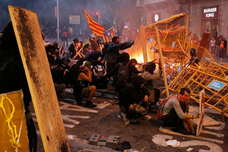 Le volcan catalan entre en éruption. Le 18 octobre, pour la cinquième nuit d'affilée, des militants indépendantistes affron