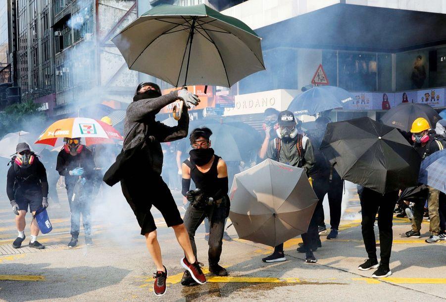A HONGKONG, DES PARAPLUIES POUR BOUCLIERS Depuis le printemps, ils luttent pour protéger leur démocratie de l'ingérence chinoise. Ce 20 octobre, canons à eau et interdiction de manifester ne les ont pas découragés.