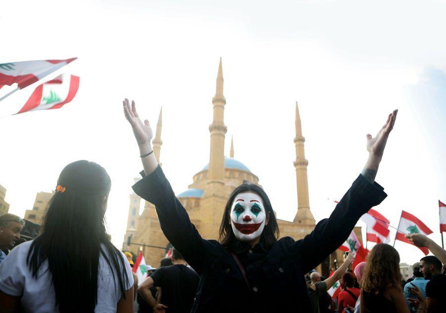 JOKER EST AUSSI LIBANAIS Depuis le 17 octobre, ils scandent « Révolution ! » sur la place des Martyrs, à Beyrouth, pour dénoncer une nouvelle taxe, mais aussi l'incompétence et la corruption des élites.