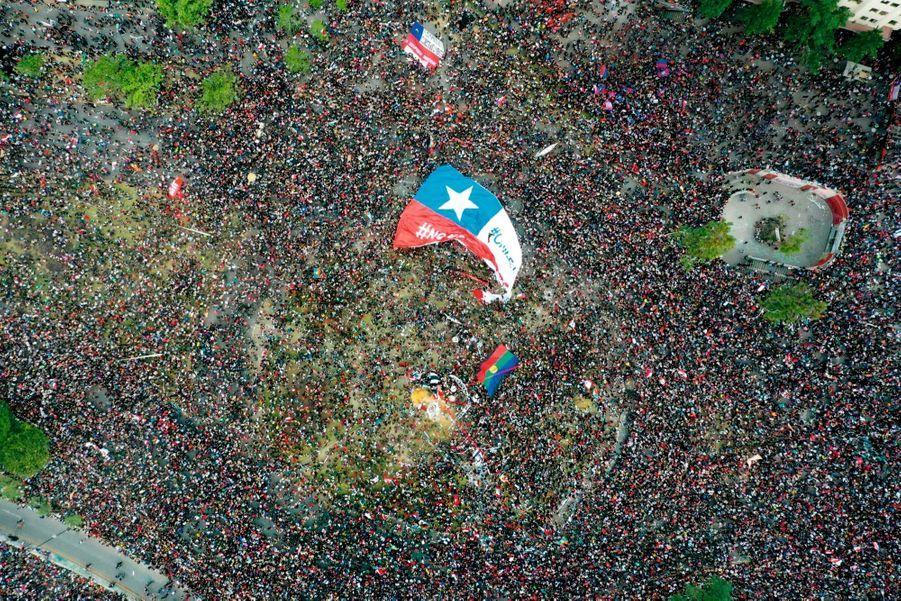 AU CHILI, LA MARÉE DE COLÈRE Le 25 octobre, à Santiago défilent plus de 1 million de Chiliens, en réaction à la hausse du prix du ticket de métro. En une semaine, plus de 3 000 personnes sont arrêtées, près de 400 sont blessées et 19 perdent la vie.