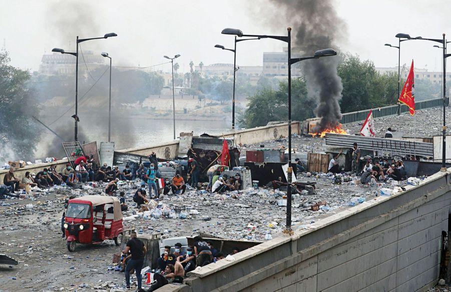 EN IRAK, LA GUÉRILLA URBAINE Le 27 octobre, à Bagdad, sur le pont qui mène à la zone verte, le quartier qui abrite les bâtiments du gouvernement d'Adel Abdel-Mehdi. Un soulèvement populaire durement réprimé : 230 morts