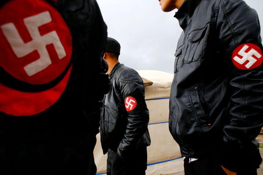 «La raison pour laquelle nous avons choisi ce mouvement est que nous sommes aujourd'hui en Mongolie dans la même situation que l'Allemagne en 1939 et Hitler a transformé son pays en un pays puissant», a déclaré à l'agence Reuters le leader du groupe,Ariunbold Altankhuum.