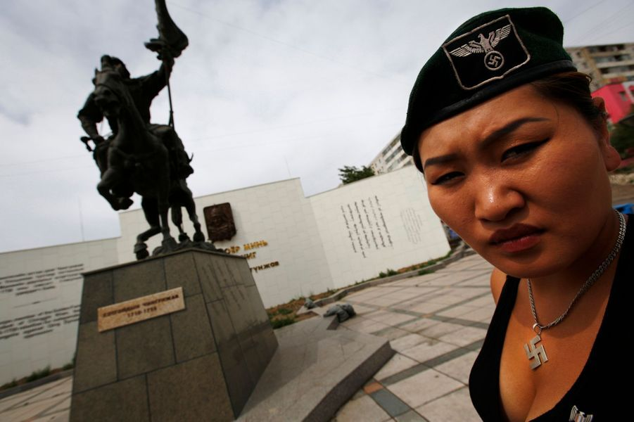 Devant la statue de Chingunjav, un héros mongol