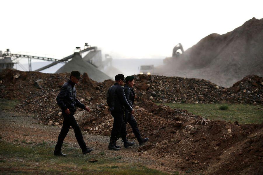 Les Néo-Nazis mongols ont pris la parole pour dénoncer l'exploitation des mines de Mongolie par des entreprises étrangères qui pollueraient le sol et l'atmosphère.
