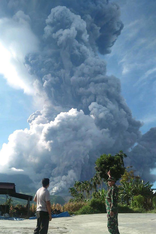 Le volcan Sinabung en éruption, le 9 juin 2019.