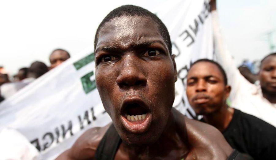 Le Nigeria vit son troisième jour de grève générale et illimitée pour protester contre la suppression de la subvention du carburant par le gouvernement fédéral nigérian. En conséquence, les écoles, aéroports, administrations ou encore entreprises sont fermés. Alors que des sources avaient fait état de plusieurs morts dans des affrontements entre policiers et manifestants mardi, ces informations ont été démenties par la suite. En revanche, les violences ethniques et religieuses, qui s'intensifient ces derniers temps, auraient fait au moins 16 victimes. Un couvre-feu a été déclaré dans les Etats de Kaduna (Nord) et d'Oyo (Sud). Par ailleurs, un syndicat des ouvriers du pétrole du Nigeria, le premier producteur de pétrole d'Afrique, a menacé mercredi d'interrompre la production de brut mercredi.