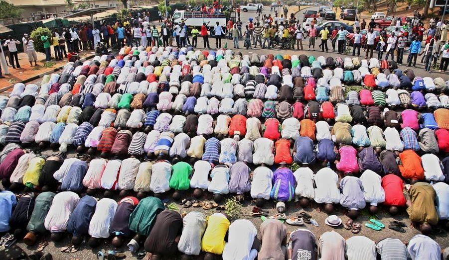 Une fois n'est pas coutume: les deux religions se sont unies à Abuja pour protester contre la suppression de la subvention: les chrétiens ont en effet formé une chaîne humaine de protection autour des musulmans pendant leur prière.