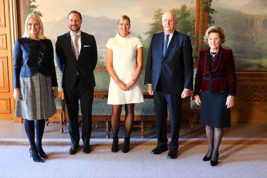 Beatrice Fihn, la directrice de la Campagne internationale pour l'abolition des armes nucléaires, entourée de la famille royale norvégienne.