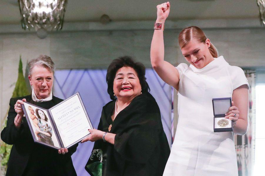 La présidente du comité Nobel, Berit Reiss-Andersen, la rescapée d'Hiroshima, Setsuko Thurlow,etBeatrice Fihn, la directrice de la Campagne internationale pour l'abolition des armes nucléaires.
