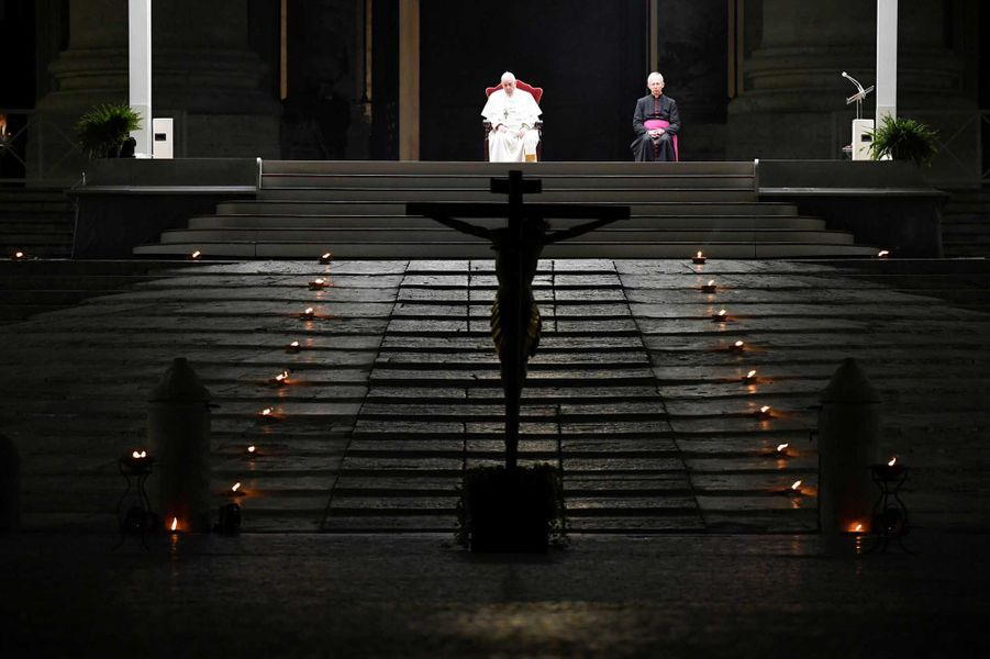 """Le pape François a assisté vendredi au rite du """"Chemin de Croix"""" sur une place Saint-Pierre de Rome vide"""