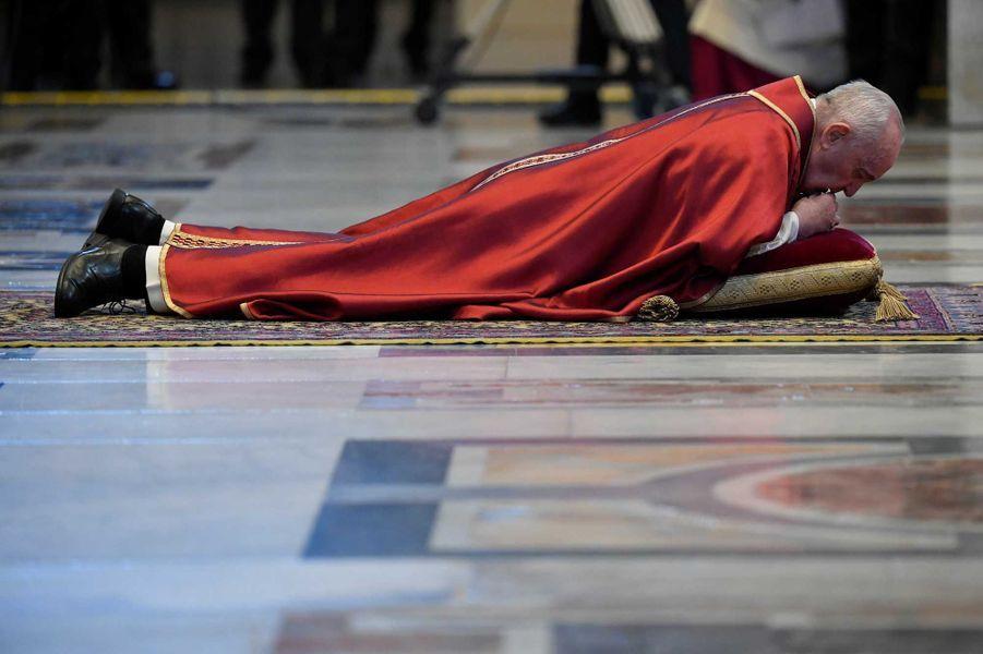Le pape François dans la basilique Saint-Pierre de Rome, vendredi