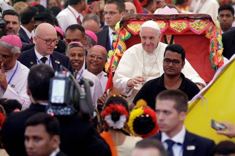 Le 1er décembre, dans le grand parc de Dacca, au Bangladesh. Le Pape, en pousse pousse, se prête au folklore local quelques minutes avant une rencontre interreligieuse pour la paix.