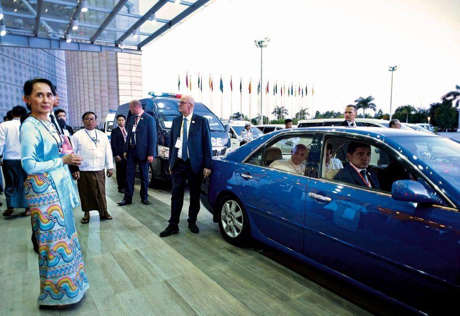 29 novembre, devant le Conseil d'Etat, à Naypyidaw. François va s'entretenir avec la conseillère spéciale de l'Etat birman et Prix Nobel de la paix Aung San Suu Kyi.