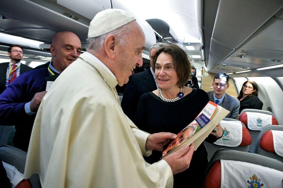 Dans l'avion, avec notre grand reporter Caroline Pigozzi, qui vient d'offrir au Pape « Frère François », de Julien Green, et « Soyez heureux », de Jean-Marie Lustiger.