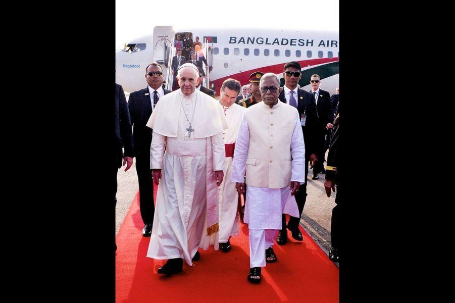 Avec le président Abdul Hamid. A Dacca, le 30 novembre, la visite du camp de Cox's Bazar, souhaitée par le Pape, a été trop compliquée à organiser.