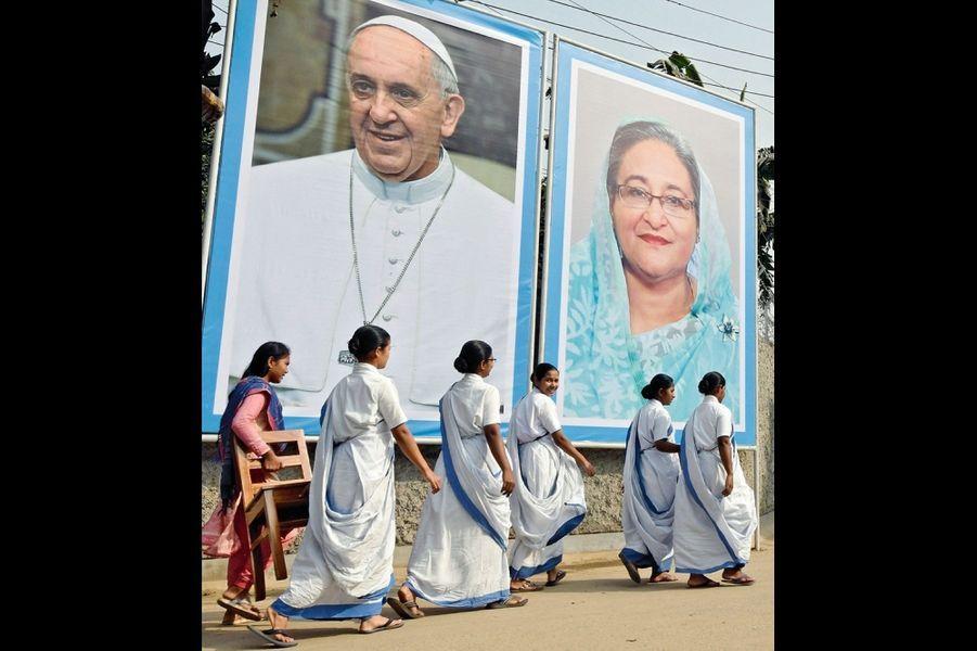 Devant les portraits du Pape et de Sheikh Hasina, Première ministre du Bangladesh, des sœurs missionnaires. Dacca, le 30 novembre.