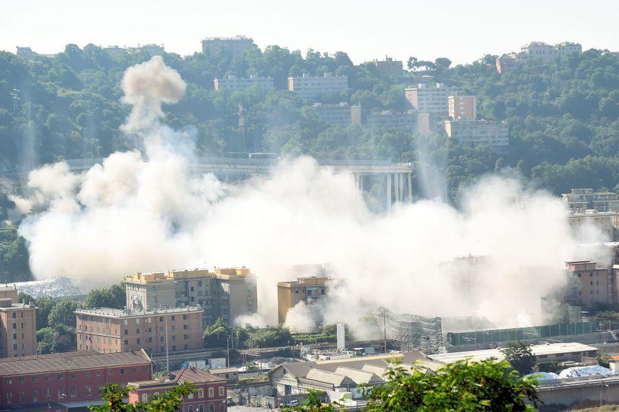 Le pont Morandi, dont l'effondrement d'une partie de la structure avait fait 43 morts en août 2018, a été entièrement détruit à l'explosif vendredi matin.