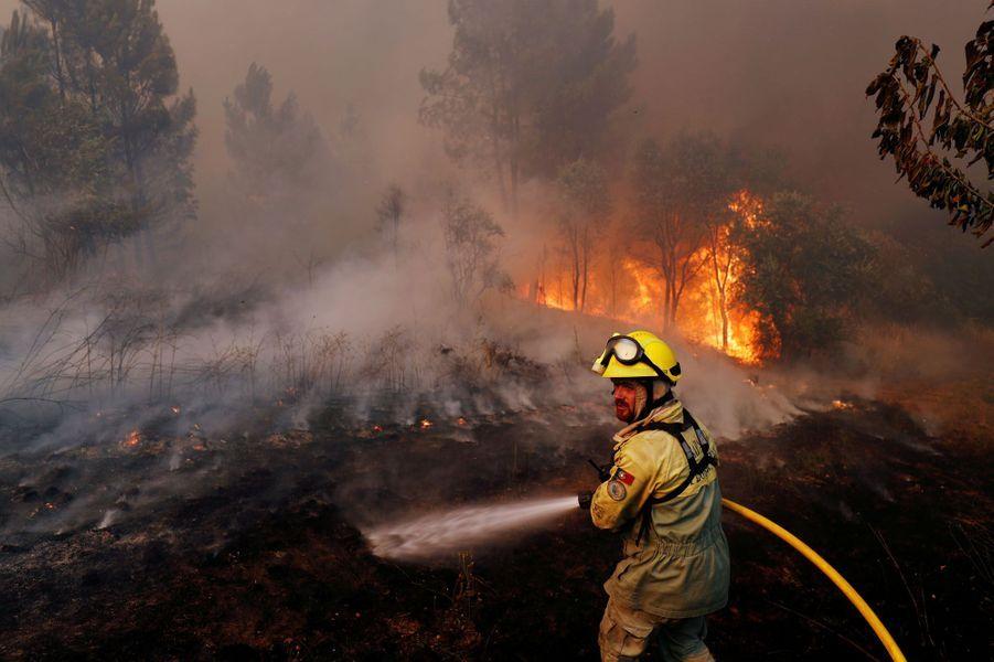 """Si les feux de forêtsétaient """"maîtrisés à 90%"""" lundi matin, selon la Protection civile, les flammes ravagent toujours le centre du Portugal. Photo prise àVila de Rei."""