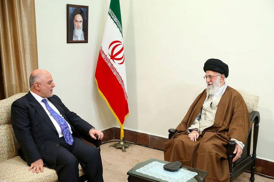 Le Premier ministre irakien Haider al-Abadiet le guide suprême Ali Khamenei à Téhéran le 26 octobre 2017
