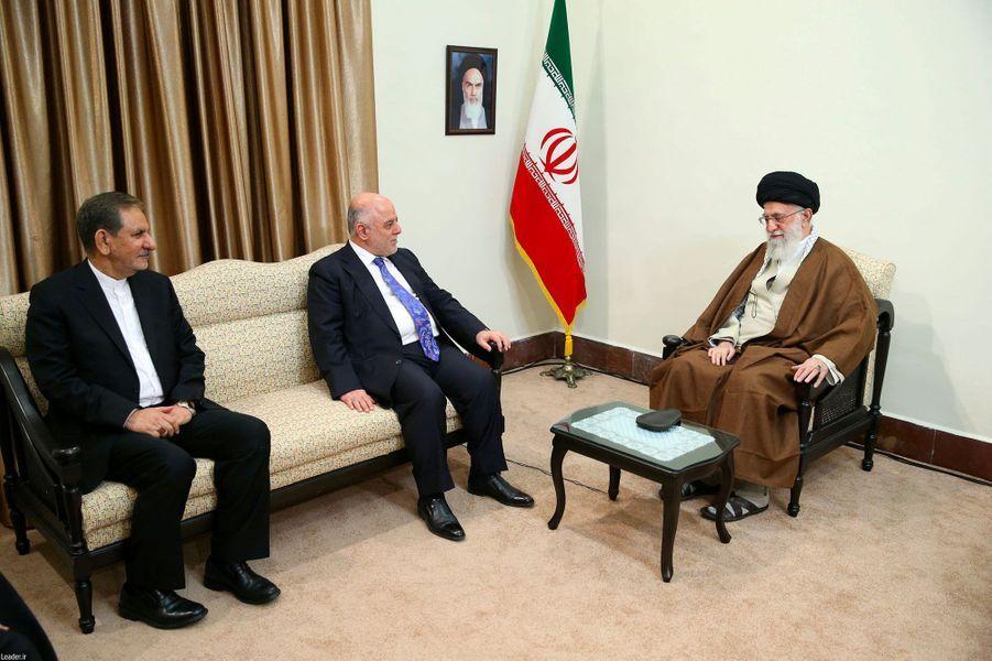Le Premier ministre irakien Haider al-Abadi, le président iranien Hassan Rohaniet le guide suprême Ali Khamenei à Téhéran le 26 octobre 2017