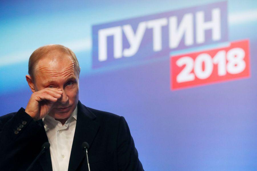 Vladimir Poutine délivre son discours de victoire de son quartier général de campagne, à Moscou.