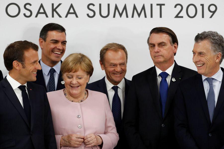 Le président brésilien Jair Bolsonaro (deuxième à gauche) a finalement signé l'accord pour le climat.