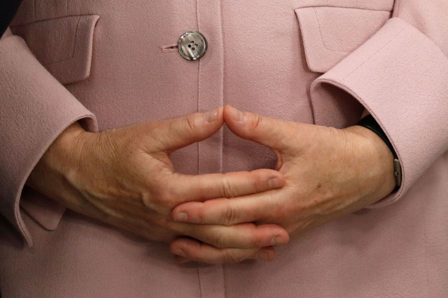 Les mains d'Angela Merkel, objets de toutes les attentions.
