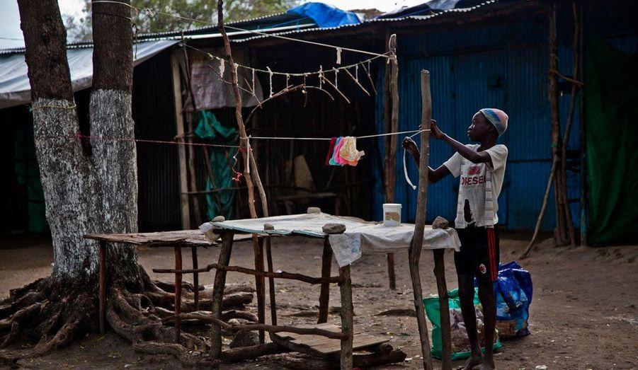 Il y a un an jour pour jour, le Soudan du Sud obtenait enfin son indépendance, après une longue guerre contre les forces du président soudanais El-Béchir. Mais peu à peu, l'euphorie a laissé place à la déception. Tout est en effet à reconstruire dans cet état, l'un des plus pauvres du monde. Sans administration ni infrastructures, les habitants doivent se débrouiller par eux-mêmes. Une tâche difficile, d'autant que les conflits ne sont toujours pas réglés entre les deux régions ennemies, qui s'opposent notamment sur le partage des revenus de pétrole, produit au Sud et exporté via le Nord. Découvrez en images, la ville difficile des habitants de Pibor, une ville menacée par une crise humanitaire en début d'année. Ici, un petit garçon installe son stand sur le marché.