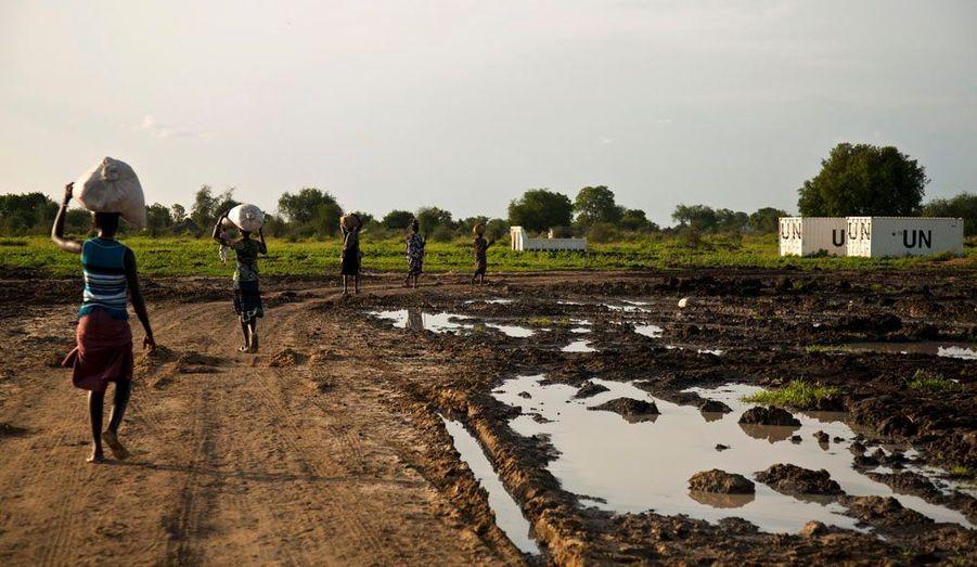 Un groupe de femme transporte les rations de nourriture transmises par le programme alimentaire des Nations-Unis.