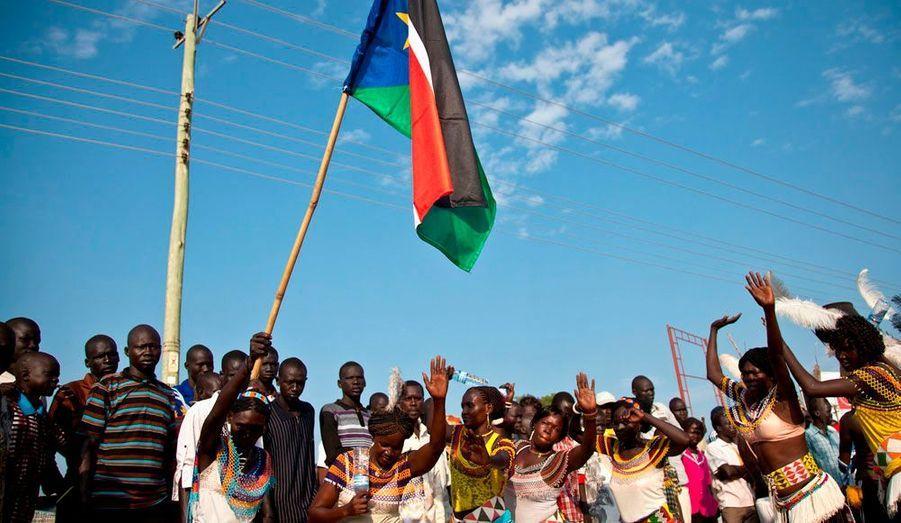 Les habitants du Sud-Soudan célèbrent ce lundi leur indépendance. Une grande parade a été organisée dans la capitale, Juba. Mais derrière les sourires, beaucoup se demandent quand ils pourront profiter des avantages promis par le gouvernement il y a un an.