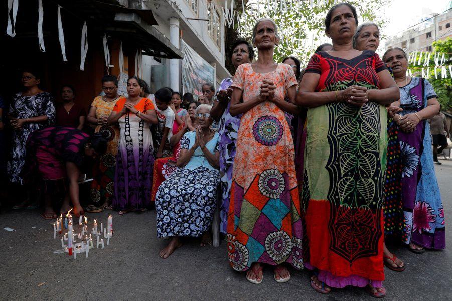 Recueillement à Colombo, mardi, lors d'un hommage aux victimes des attentats de dimanche.