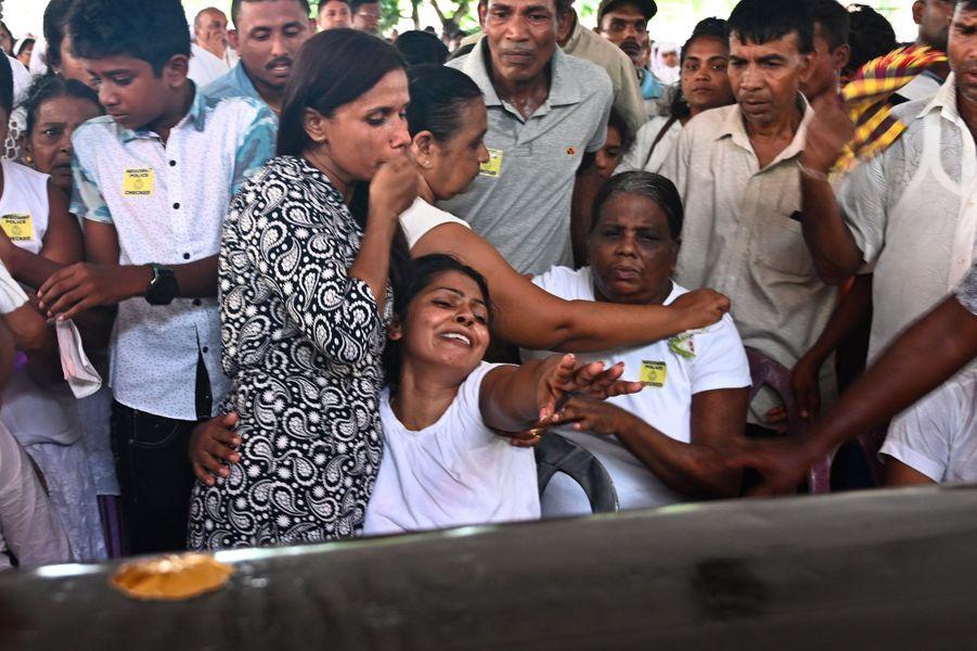 Un enterrement collectif près de l'église Saint-Sébastien, à Negombo, au Sri Lanka mardi